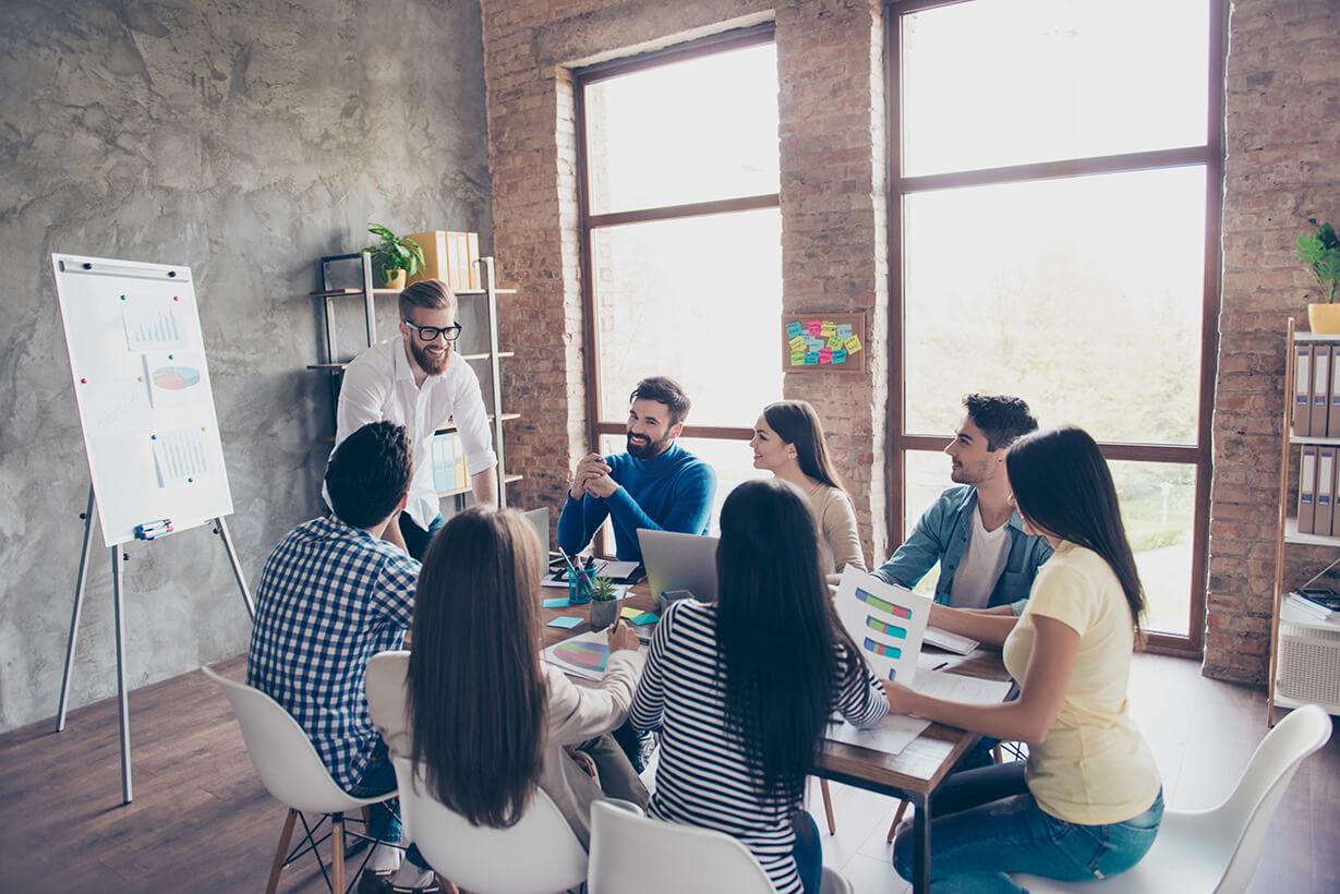 Agile Coaching Teamrunde für die Weiterentwicklung physischer Produkte