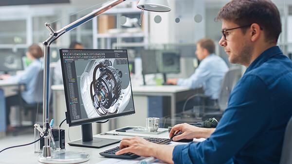 Arbeiter bei der Computer-gestützten Entwicklung eines physischen Bauteils